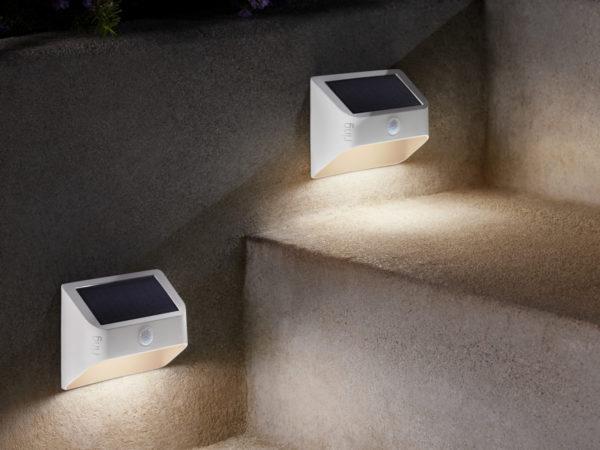 Ring dévoile une gamme d'éclairage avec des panneaux solaires et une ampoule 2
