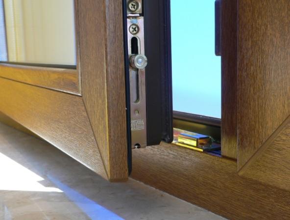 Le calfeutrage de fenêtre et de porte d'une maison moderne