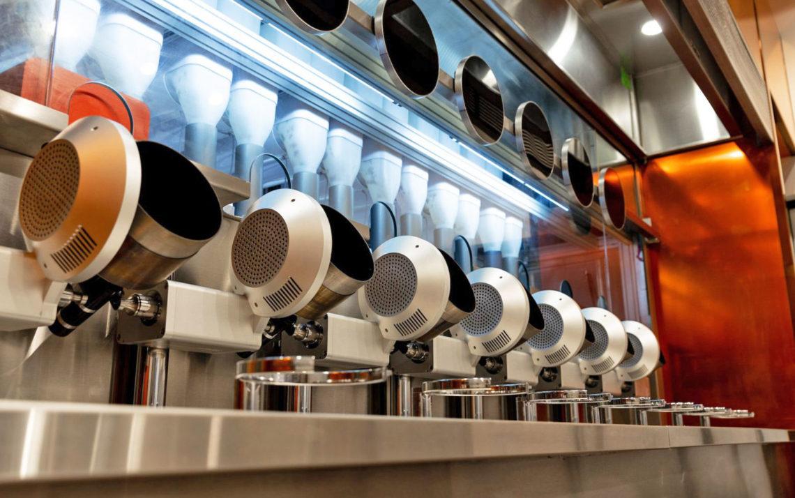 Ces woks robotisés sont les chefs de ce restaurant de Boston