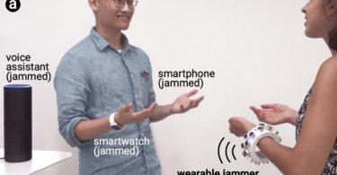 Un bracelet à ultrasons brouille les micros autour de vous