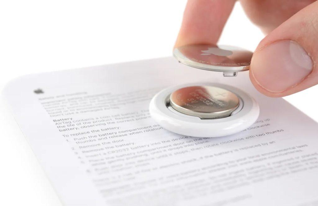 iFixit a percé un trou de porte-clés dans l'un des AirTags d'Apple