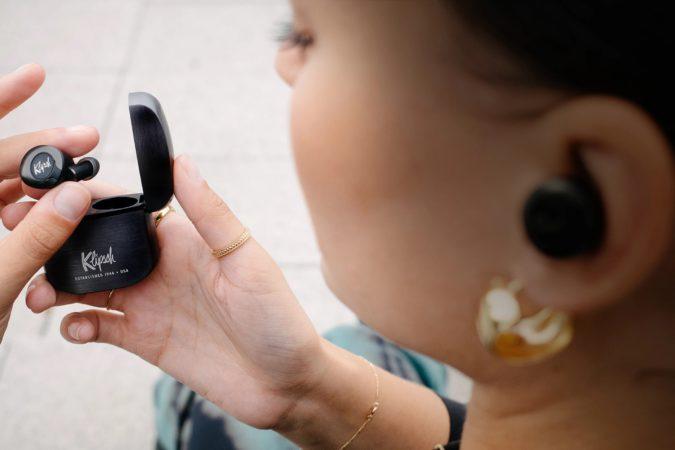 Les écouteurs ANC de Klipsch permettent aux utilisateurs de prendre des appels d'un simple signe de tête